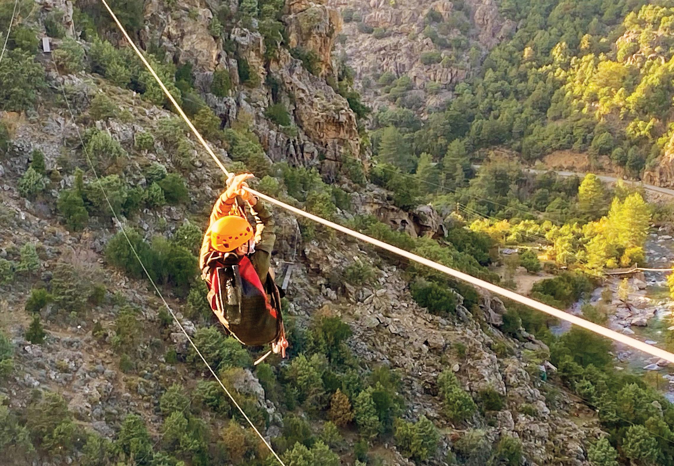 Tyrolienne dans le parc d'aventure Asco vallée